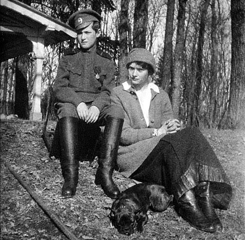 Alexei, Tatiana und ihre Französisch Bulldogge Ortino im Park von Zarskoje Selo während der Gefangenschaft