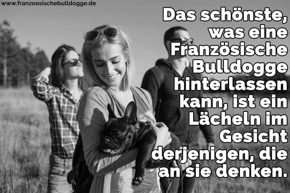 Eine Familie trägt ihr Französisch Bulldog in die Arme