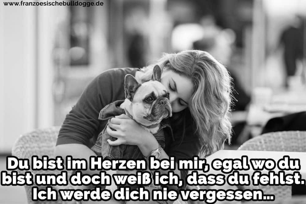 Eine Frau küsst ihre Französische Bulldog