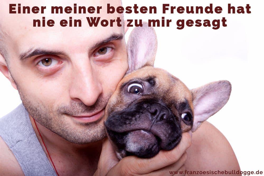 Ein Mann umarmt seine Französische Bulldogge