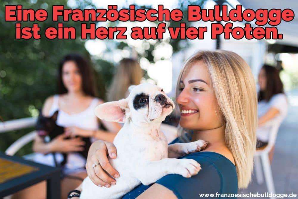 Eine Frau umarmt ihr Französisch Bulldog