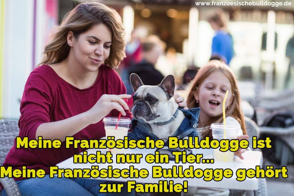Eine Frau und ein Mädchen mit ihr Französische Bulldogge