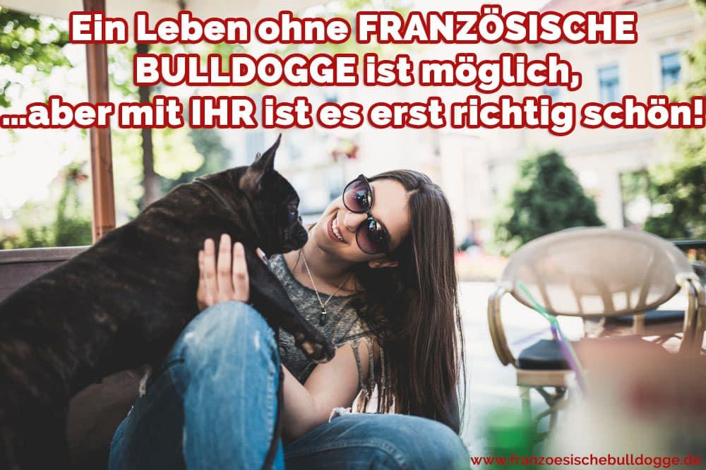 Eine Frau umarmt ihre Französischen Bulldogge