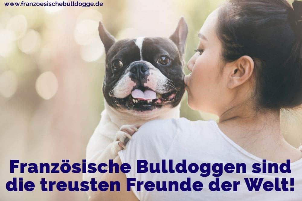 Eine Frau küsst ihr Französisch Bulldog
