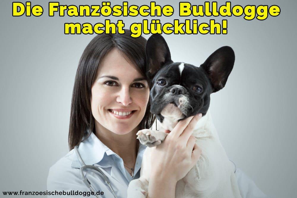 Ein medizinischer Veterinär ihr Französische Bulldog umarmt