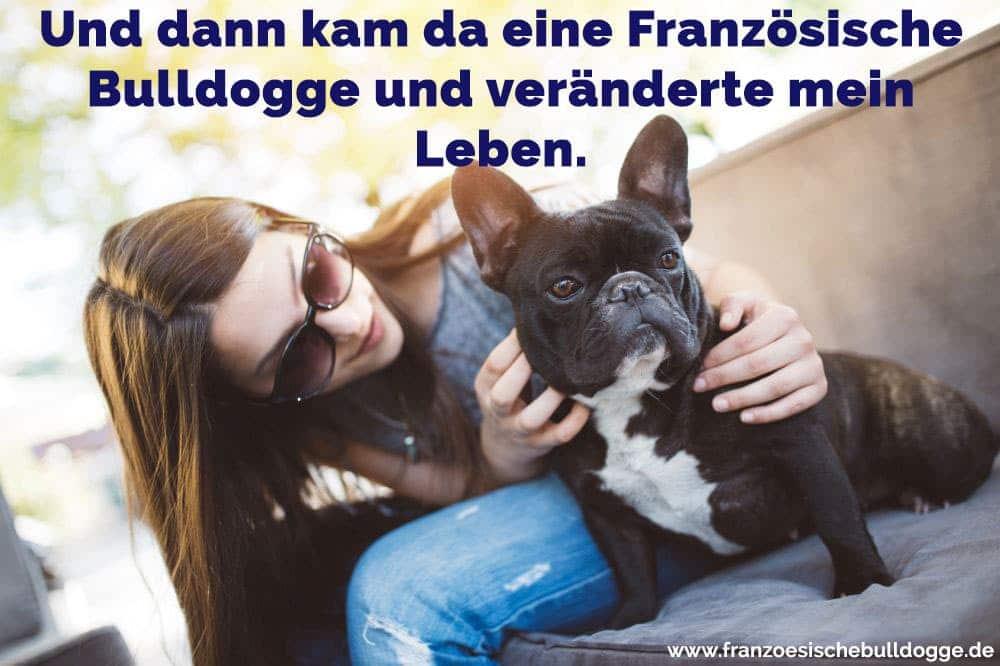 Eine Frau umarmt ihre Französische Bulldogge
