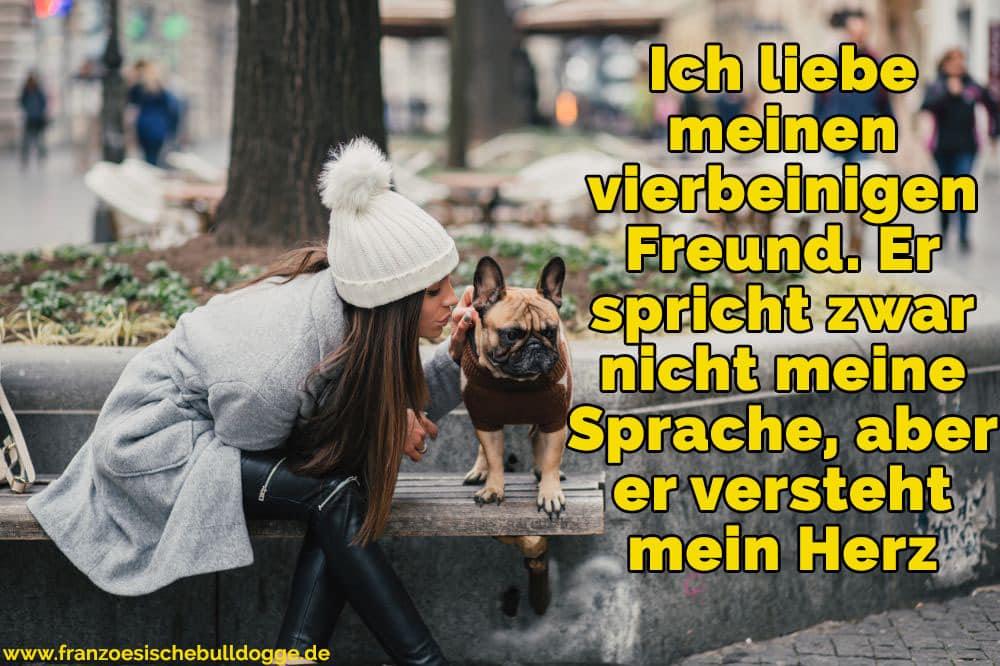 Eine Frau streichelt ihre Französische Bulldog