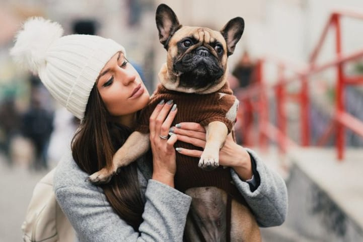 Junge Frau mit Französische Bulldogge