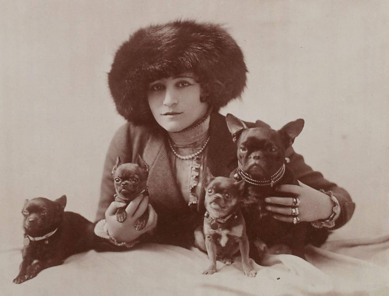 Bild einer Frau aus Frankreich mit Französischen Bulldoggen. Erstellt zwischen 1875 und 1917